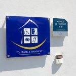 panneau tourisme et handicap à l'entrée d'un gîte conçu pour les personnes en situation de handicap