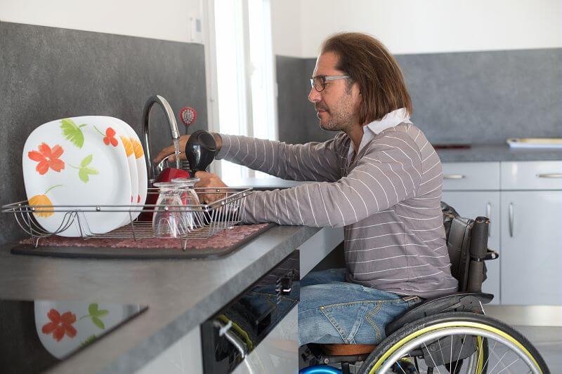 evier de cuisine accessible aux fauteuils roulant
