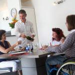 personnes en situation de handicap à table