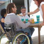 déjeuné en terrasse pour des pesonnes avec differentes deficience permettant de maintenir un lien social