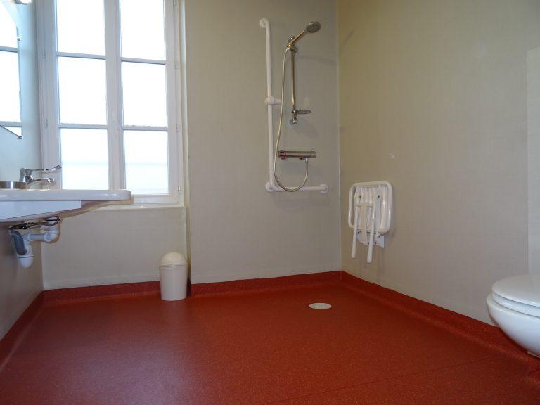 salle d'eau accessible aux handicapés du gîte la clavette