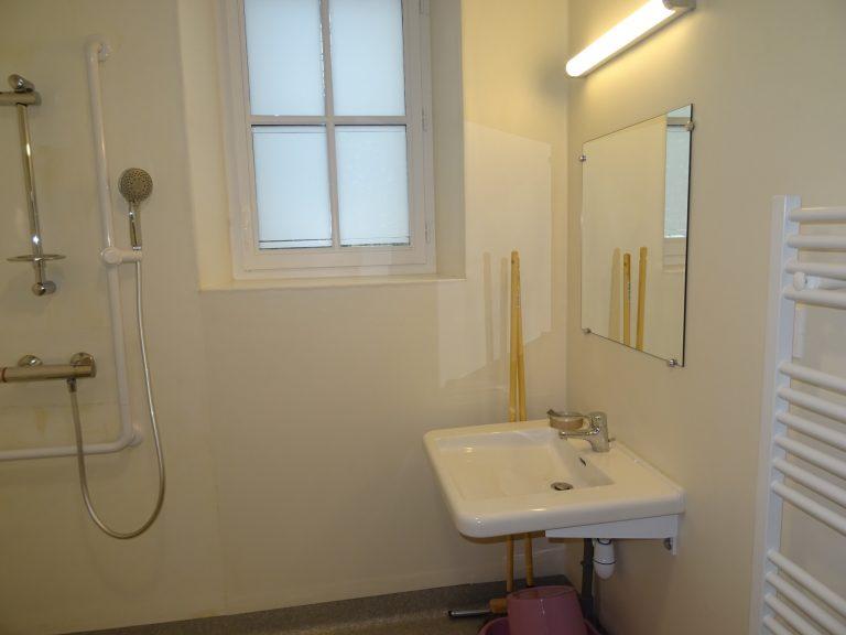 salle d'eau aménagé pour les personnes à mobilité réduite