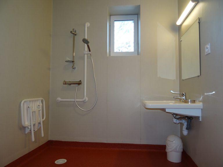 salle de bain du gîte le phare aménagé pour les personnes en situation de handicap