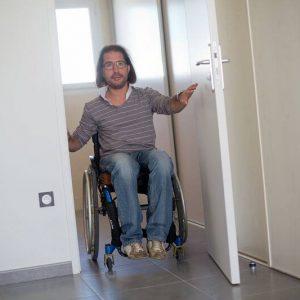 personne à mobilité réduite se deplaçant dans un logement adapté
